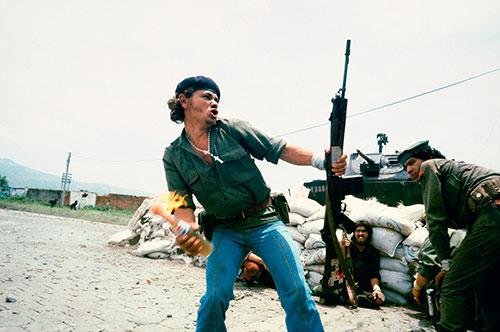 """Splitscreen-review Sandinistes aux portes du quartier général de la Garde nationale à Esteli : """"L'homme au cocktail Molotov"""", Nicaragua, 16 juillet 1979 Susan Meiselas"""